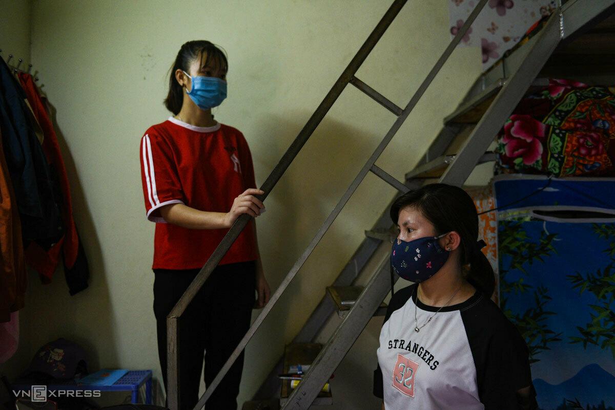 Vày (áo trắng) và cháu gái tên Viên xuống Hà Nội làm công nhân từ tháng 9/2019. Ảnh: Thanh Huế.