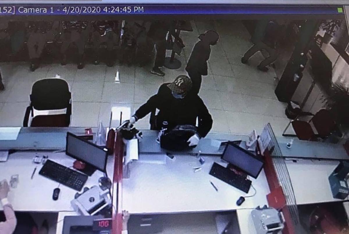 Hình ảnh kẻ bị mặt xông vào cướp ngân hàng chiều nay. Ảnh: Facebook.