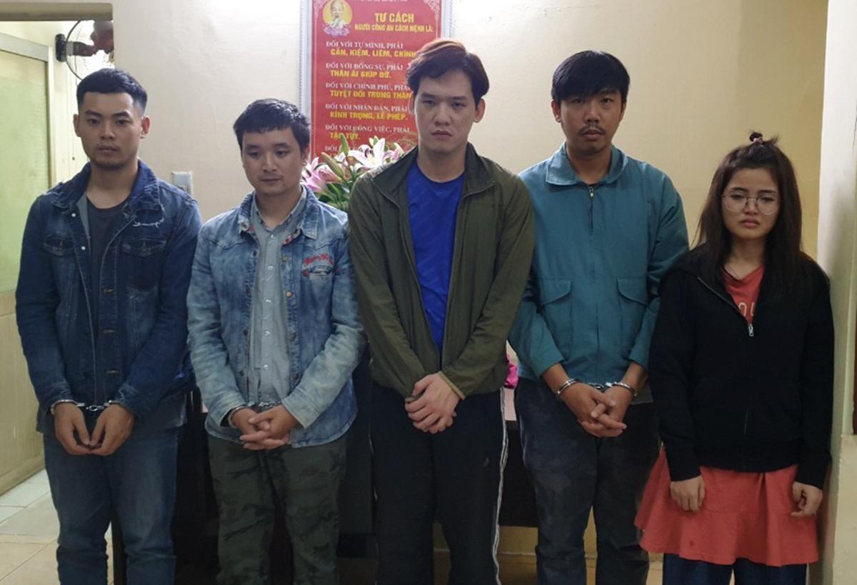 Ha người Trung Quốc (ngoài cùng bên trái) và những người Việt bị bắt. Ảnh: Công an cung cấp.