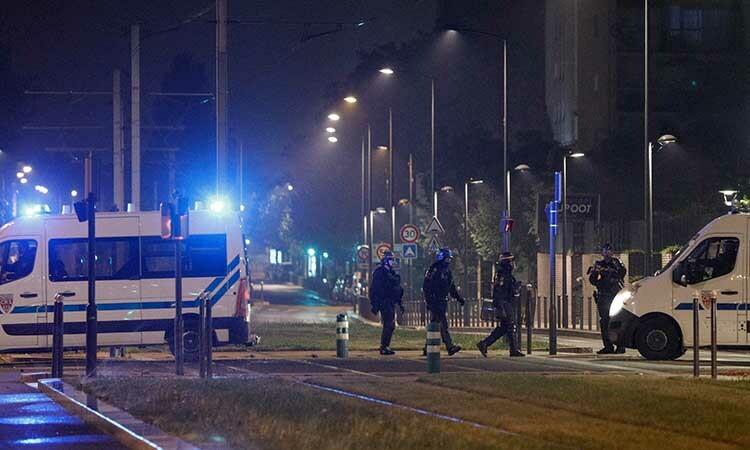 Cảnh sát chống bạo động triển khai trên đường phốVilleneuve-la-Garenne, ngoại ô Paris, Pháp, rạng sáng nay. Ảnh: AFP.