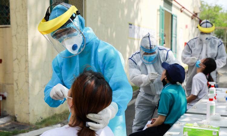 Bác sĩ của trung tâm y tế quận Thủ Đức lấy mẫu xét nghiệm nCoV cho công nhân tại khu chế xuất Linh Trung (quận Thủ Đức) ngày 20/4. Ảnh: Quỳnh Trần.