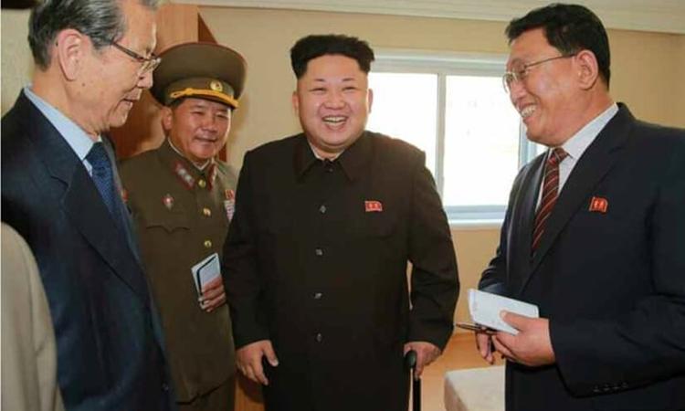 Kim Jong-un chống gậythị sát khu nhà ở Triều Tiên tháng 10/2014. Ảnh: Rodong Sinmun.