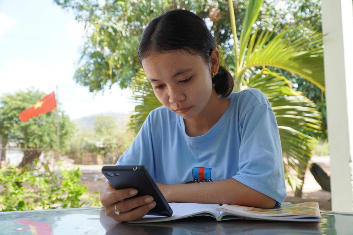 Em Đặng Thị Mỹ Tuyên, học sinh lớp 11 về nhà nghỉ dịch, nói sóng 3G ở đây chập chờn không thể học qua mạng. Ảnh: Việt Quốc.