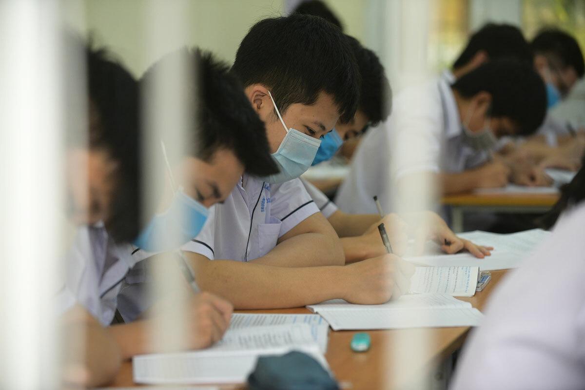 Học sinh THPT Lam Sơn thực hiện nghiêm túc việc đeo khẩu trang trong lớp học. Ảnh: Lê Hoàng.