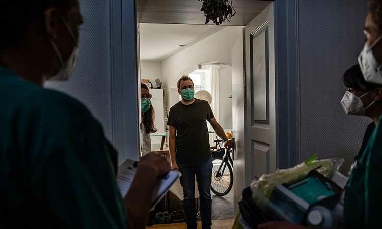 Các nhân viên y tế đến nhà Felix Germann tại thành phố Munich, Đức để lấy mẫu máu xét nghiệm. Ảnh: NY Times.