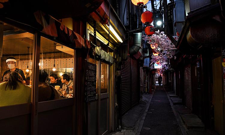 Một nhà hàng gần nhà ga Shinjuku, Tokyo, vẫn đông khách ngày 17/4. Ảnh: NYTimes.