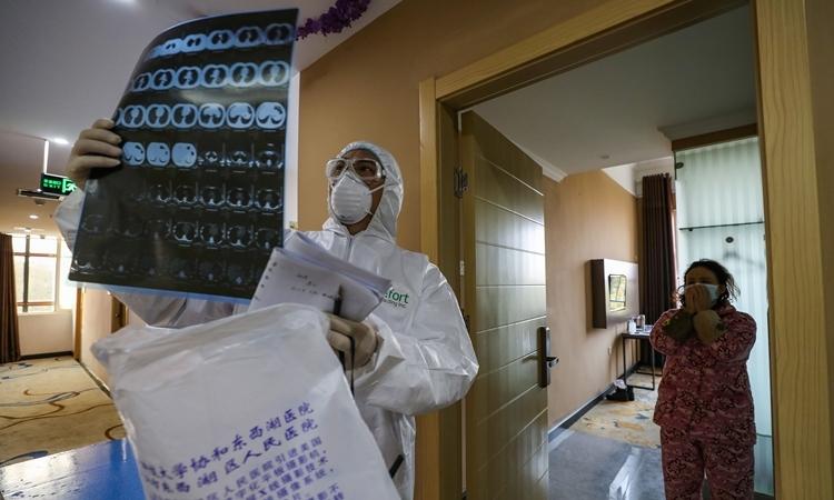 Bác sĩ xem phim chụp phổi tại bệnh viện ở Vũ Hán, Trung Quốc ngày 3/2. Ảnh: AFP.