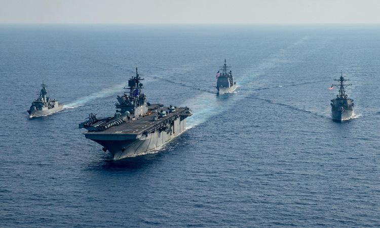 Tàu hộ vệ Australia (trái) và ba chiến hạm Mỹ trên Biển Đông hôm 18/4. Ảnh: US Navy.