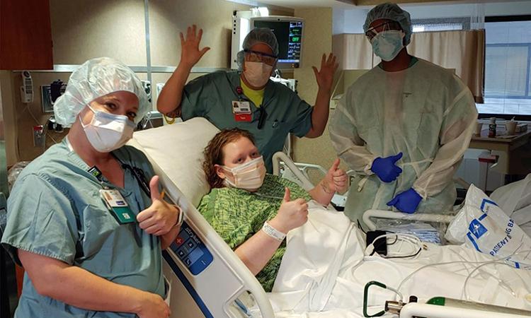 Leah Blomberg (giữa) chụp ảnh cùng các nhân viên y tế tại bệnh viện ở thành phố Muskego, bang Wisconsin, ngày 10/4. Ảnh: CNN.