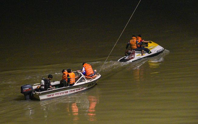 Cảnh sát tìm kiếm thi thể nạn nhân trên sông Mã đêm 19/4. Ảnh: Lam Sơn.