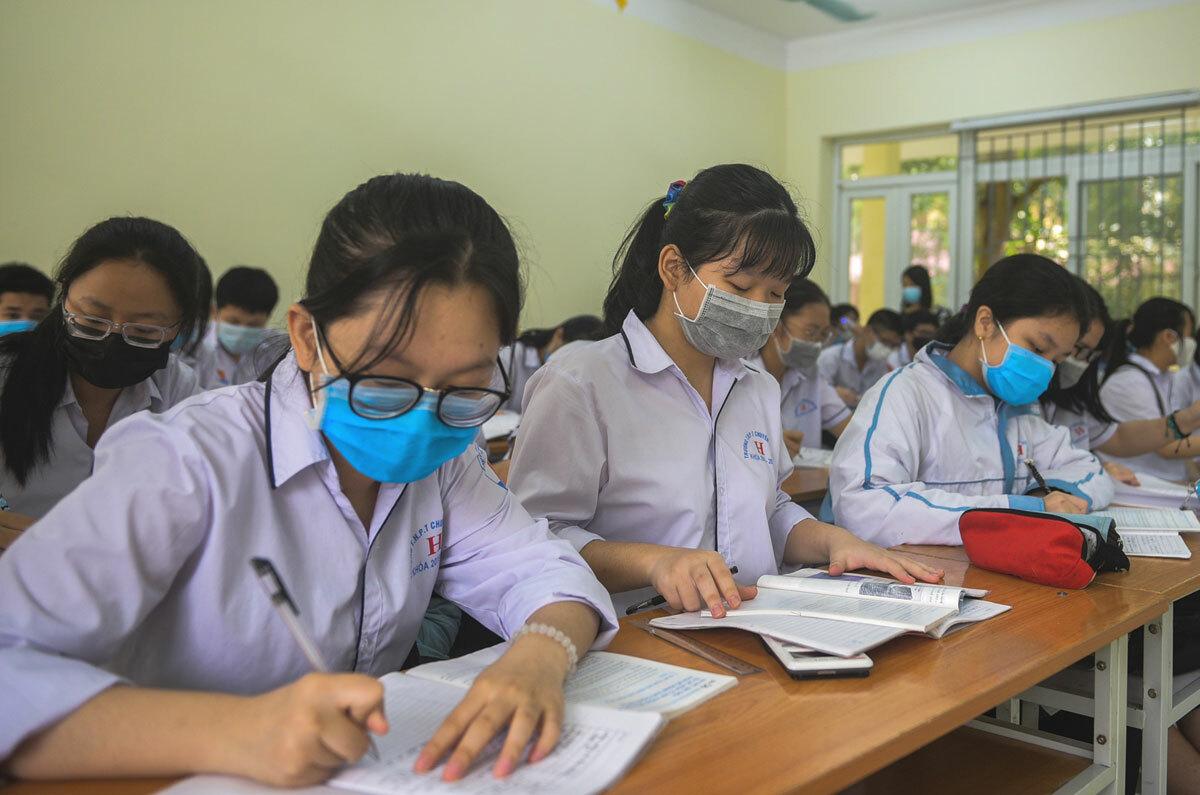 Học sinh trường THPT Lam Sơn (Thanh Hoá) đi học trở lại ngày 21/4. Ảnh: Lê Hoàng.