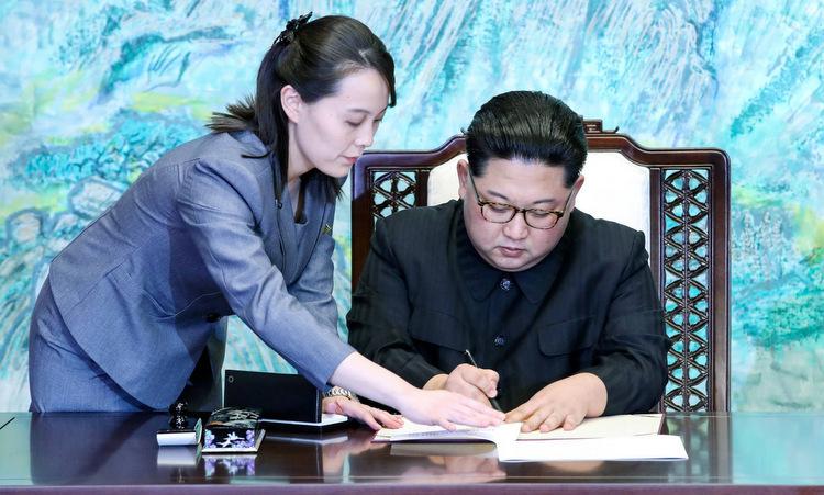 Kim Yo-jong trợ giúp Kim Jong-un tại cuộc gặp Tổng thống Hàn Quốc ở biên giới liên Triều năm 2018. Ảnh:AP.