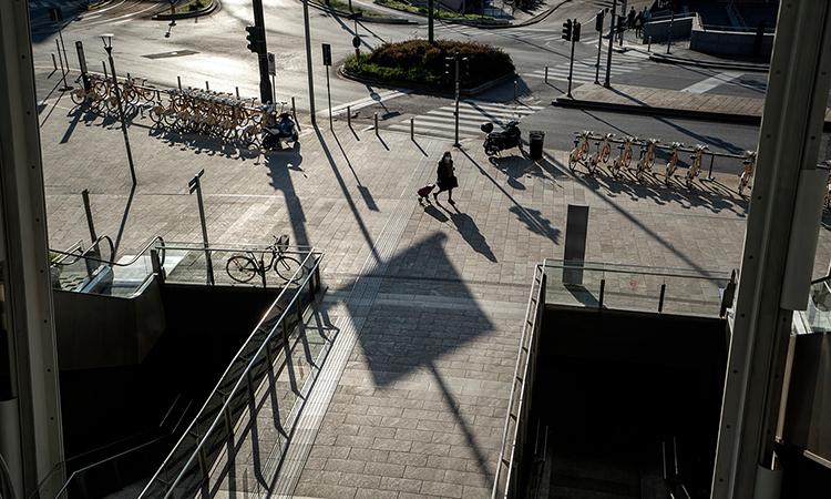 Người phụ nữ đi một mình trên phố ở Milan, Italy, tháng này. Ảnh: NYTimes.