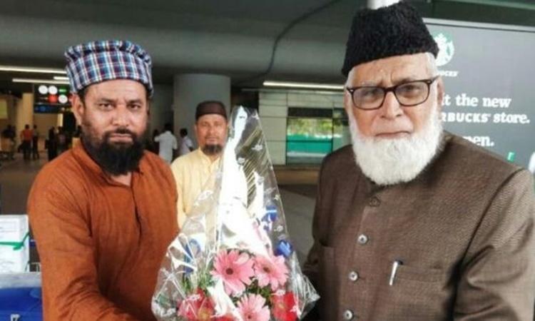 Muhammad Husain Siddiqui, 76 tuổi, được tài xế riêng đón tại sân bay ở Hyderabad, ngày 29/2. Ảnh: BBC.