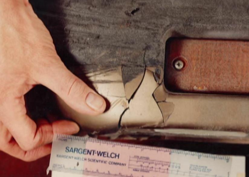 Mảnh vỡ tam giác tại hiện trường vừa vặn lỗ hổng trên chắn trước của chiếc Mazda. Ảnh: Filmrise.