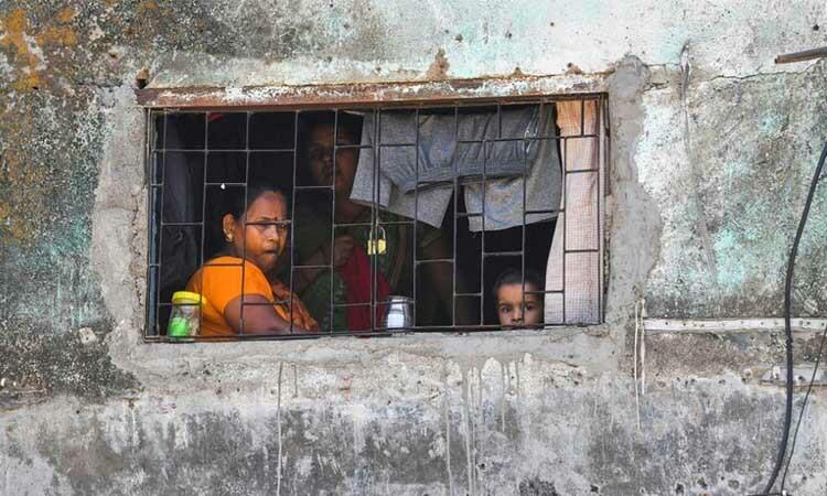 Một gia đình tại khu ổ chuộtDharavi, thành phố Mumbai, Ấn Độ, hôm 8/4. Ảnh: AFP.