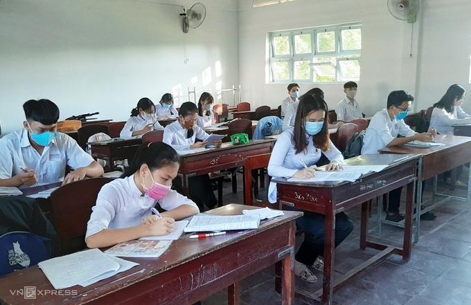 Học sinh trường THCS - THPT Lý Văn Lâm (TP Cà Mau) học trở lại ngày 20/4. Ảnh: Khánh Hưng.
