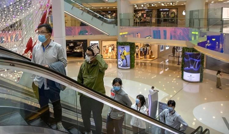Người dân Bắc Kinh giữ khoảng cách theo khuyến cáo cách biệt cộng đồng của chính phủ. Ảnh: AP.