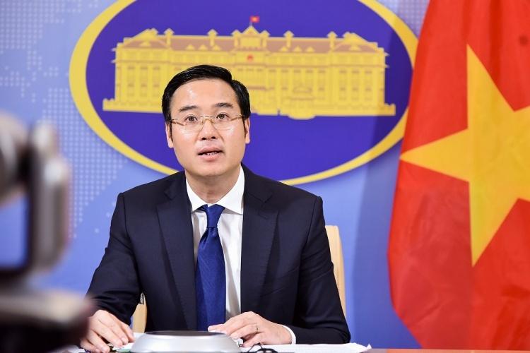 Phó phát ngôn Bộ Ngoại giao Việt Nam Ngô Toàn Thắng trong họp báo ngày 23/4. Ảnh: BNGVN.
