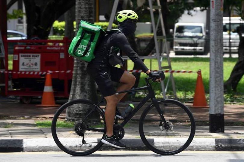 Người vận chuyển của dịch vụ Grab tại Singaporre vào tháng 3. Ảnh: AFP.