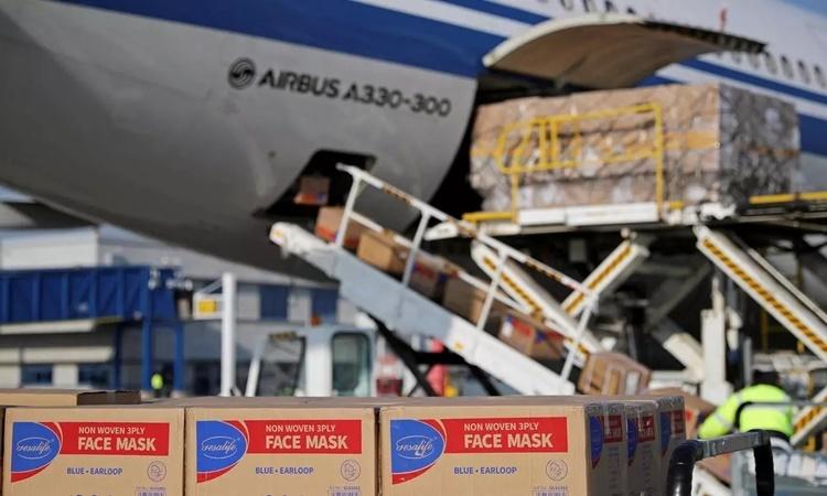 Các thùng chứa khẩu trang được dỡ từ máy bay của hãng hàng không Air China ở sân bay Athens, Ai Cập, ngày 21/3. Ảnh: AFP.