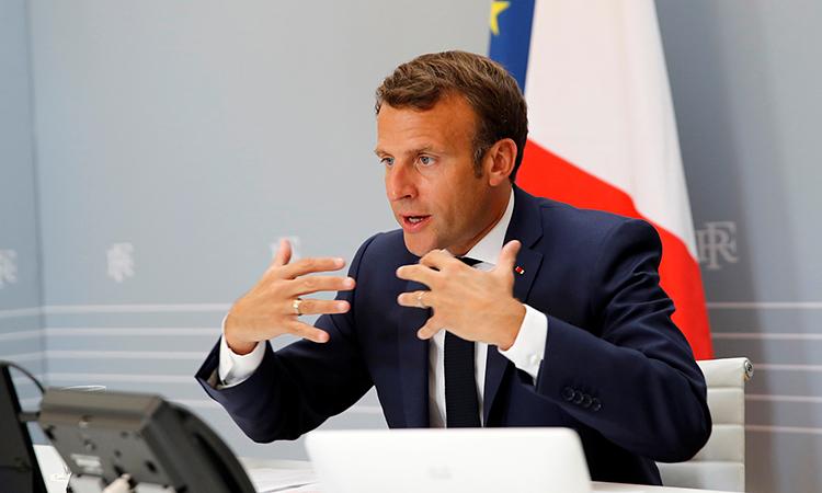 Tổng thống Pháp Macron thảo luận với Giám đốc WHO Tedros trong cuộc họp trực tuyến hôm 24/4. Ảnh: Reuters.