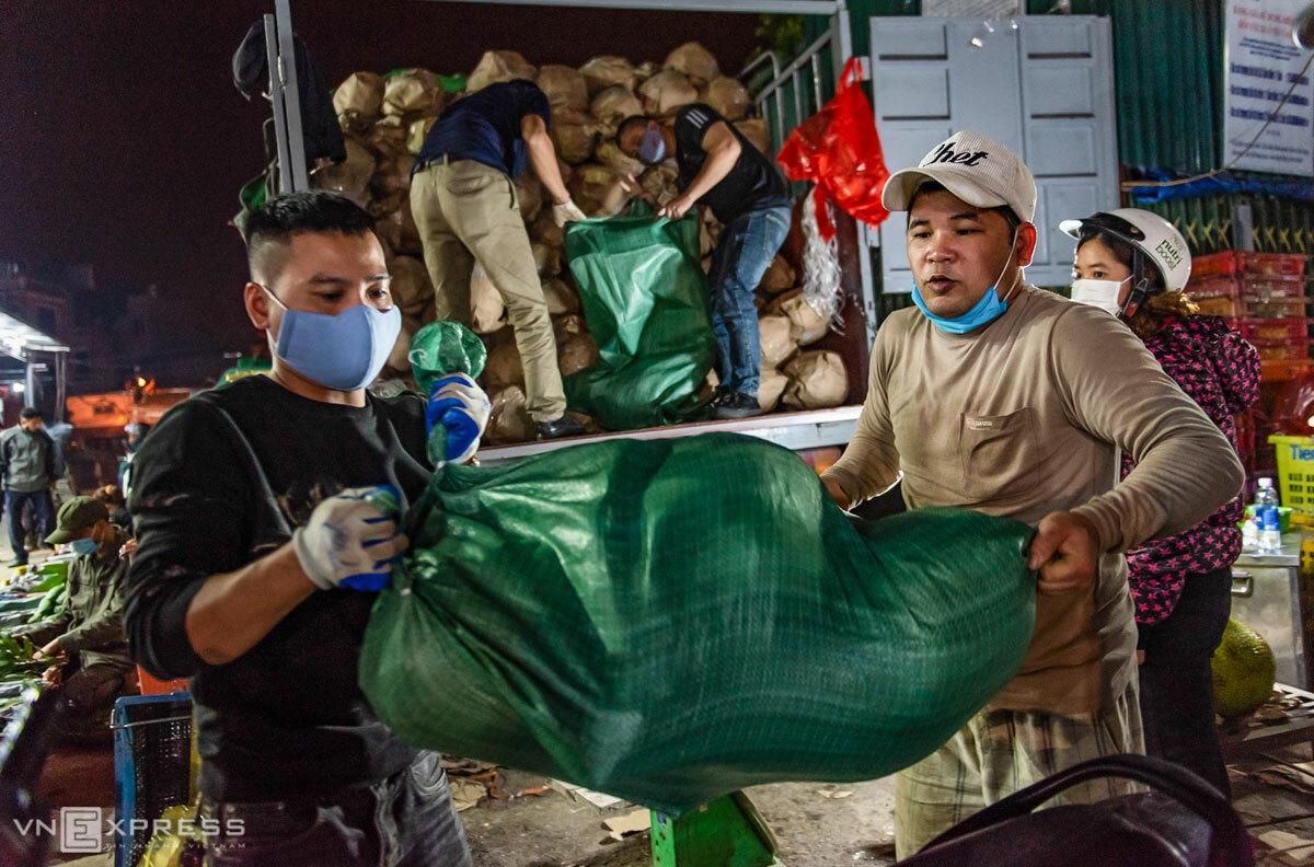 Những lao động làm nghề bốc vác ở chợ Long Biên, Hà Nội. Ảnh: Thanh Huế.