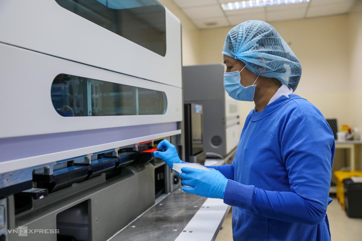 Các bác sĩ của bệnh viện Nhiệt đới TP HCM xét nghiệm các mẫu của những người bị cách ly, nghi nhiễm covid-19, ngày 10/4. Ảnh: Quỳnh Trần