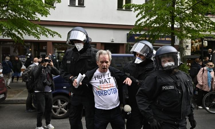 Cảnh sát Đức bắt một người biểu tình ở Berlin hôm 25/4. Ảnh: AFP.