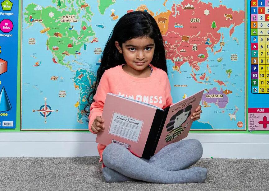 Jeeva thích đọc sách và khám phá nhiều lĩnh vực trong cuộc sống. Ảnh: Fabio De Paola/The Guardian.