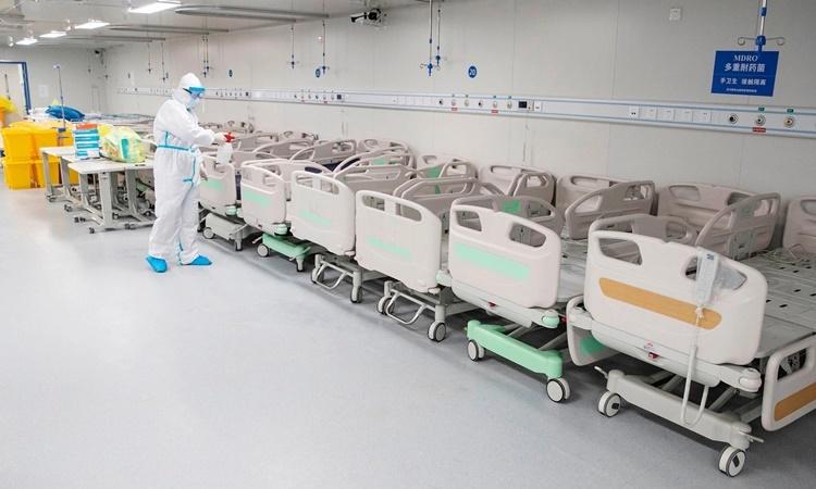 Nhân viên y tế tẩy trùng các giường bệnh tại bệnh viện Lôi Thần Sơn ở Vũ Hán, Trung Quốc, ngày 14/4. Ảnh: AFP.