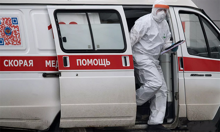 Nhân viên y tế rời xe cứu thương đỗ tại trung tâm cách ly tại Kommunarka, Moskva, Nga, ngày 25/4. Ảnh: RIA Novosti.