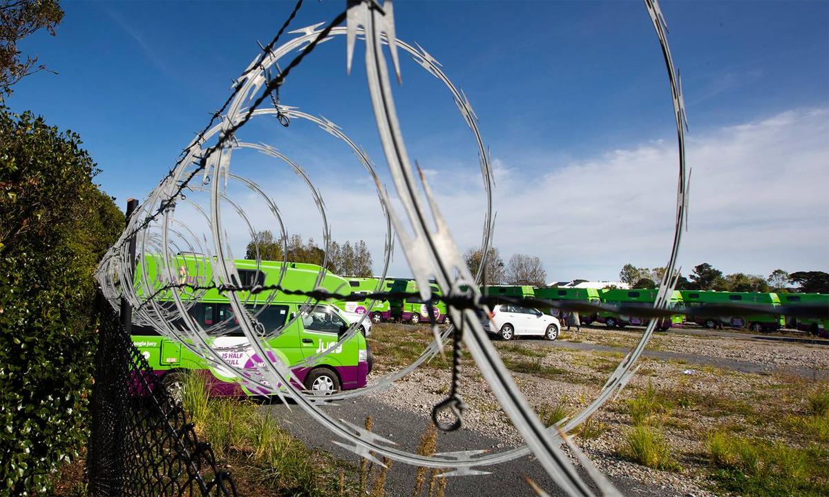 Hàng rào dây thép gai bao quanh bãi đỗ của công ty cho thuê xe Jucy Rentals - nơi gần 100 chiếc bị lấy trộm trong một đêm. Ảnh: The New Zealand Herald