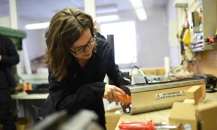 Katharina Obladen kiểm tra một hộp đèn UV. Ảnh: AFP.