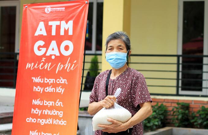 Mỗi ngày mỗi người dân sẽ được tặng 3kg gạo từ ATM gạo miễn phí. Ảnh:Phan Dương.