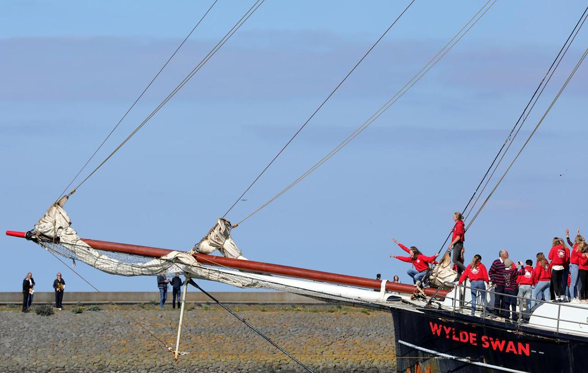 Con thuyền chở nhóm thủy thủ, giáo viên và học sinh cập cảng thành phốHarlingen, Hà Lan, hôm 26/4. Ảnh: Reuters