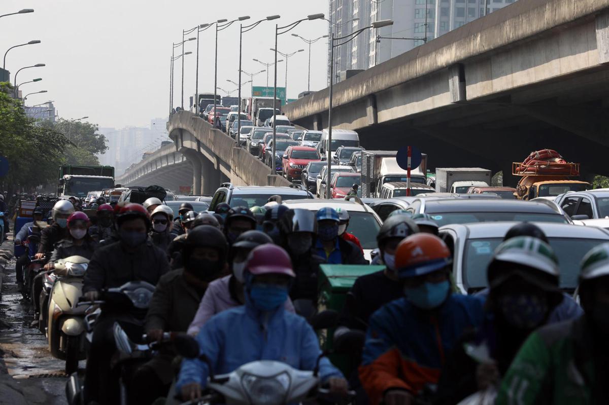 Ùn tắc tại đường Nguyễn Xiển sáng 27/4. Ảnh: Ngọc Thành.