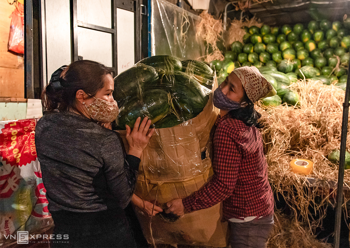 Lao động bốc vác tại chợ Long Biên nằm trong diện được trợ cấp khó khăn. Ảnh: Thanh Huế.