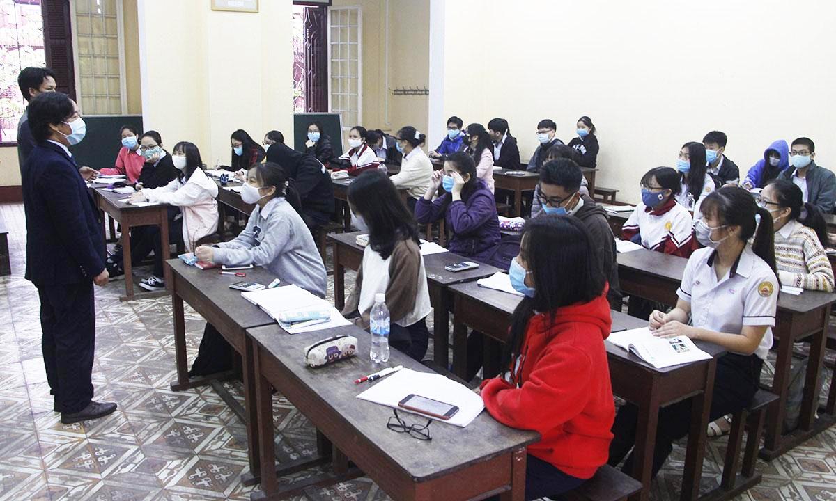 Học sinh tại trường THPT Quốc học Huế trong buổi học sáng 27/4. Ảnh: Võ Thạnh.