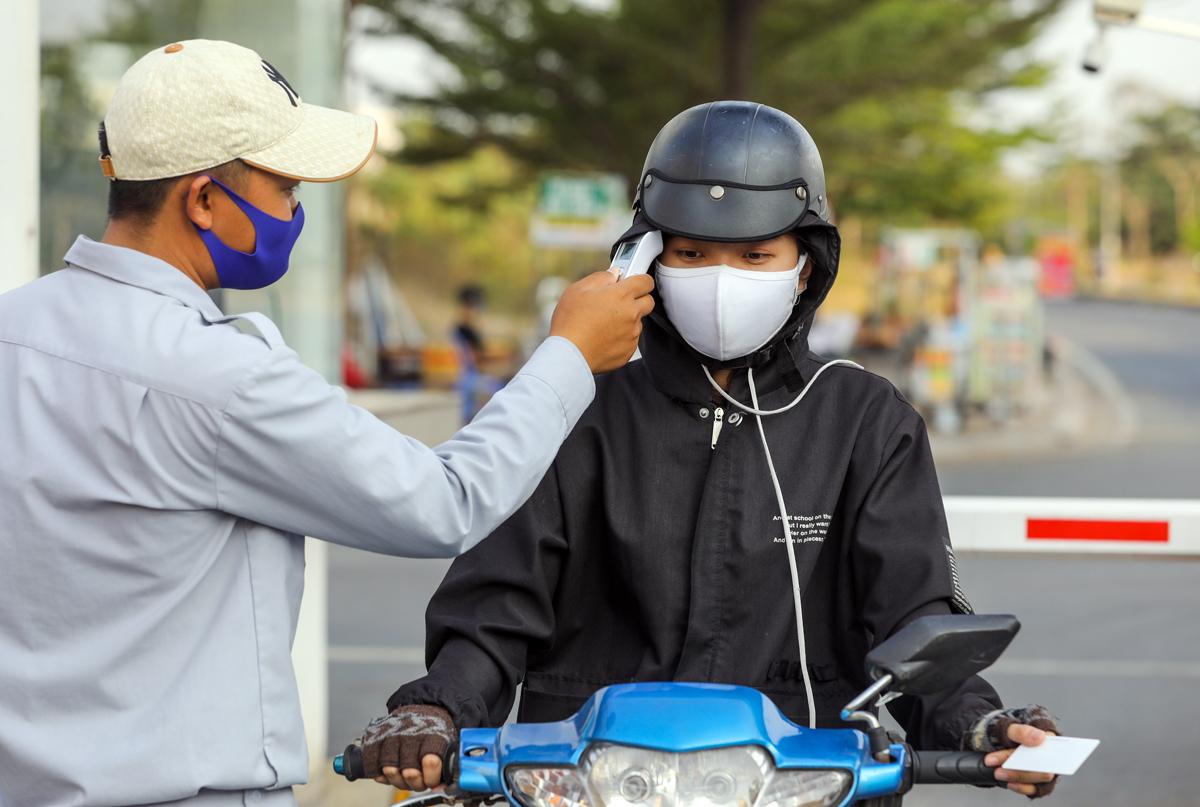 Sinh viên Đại học Quốc gia TP HCM được kiểm tra thân nhiệt tại ký túc xá khu A (quận Thủ Đức, TP HCM). Ảnh: Quỳnh Trần.
