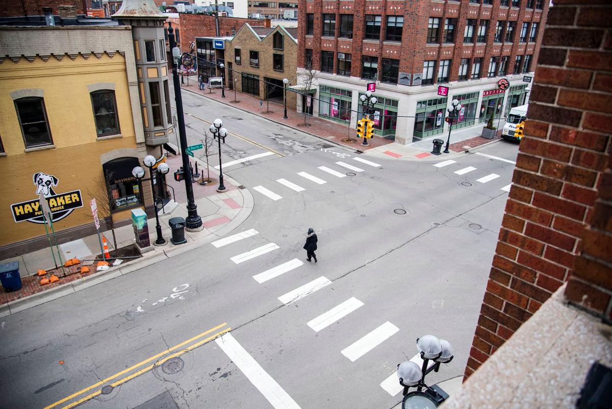 Một góc phố tại hạt Washtenaw, bang Michigan không có bóng người sau khi quan chức y tế khuyến cáo người dân không nên ra đường để tránh lây nhiễm Covid-19. Ảnh: MLive.com.