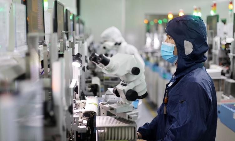 Nhân viên tại một nhà máy sản xuất LED ở Quảng Đông, Trung Quốc ngày 15/4. Ảnh: Reuters.