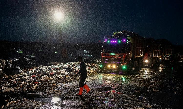 Người đàn ông nhặt rác giữa đêm ởBantar Gebang,Bekasi, Tây Java, tháng này. Ảnh: NYTimes.