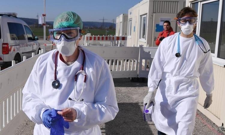 Bác sĩ và thực tập sinh tham gia điều trị cho người nhiễm nCoV tại Tubingen, Đức, ngày 4/4. Ảnh: DW.