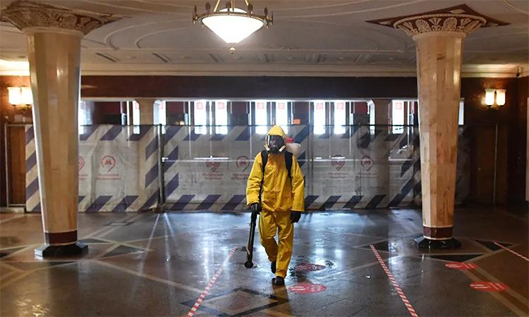 Nhân viên thuộc Bộ Các tình trạng khẩn cấp (Emercom) phun hóa chất khủ trùng tại ga tàu điện ngầm Kievskaya, Moskva, Nga, ngày 22/4. Ảnh: RIA Novosti.