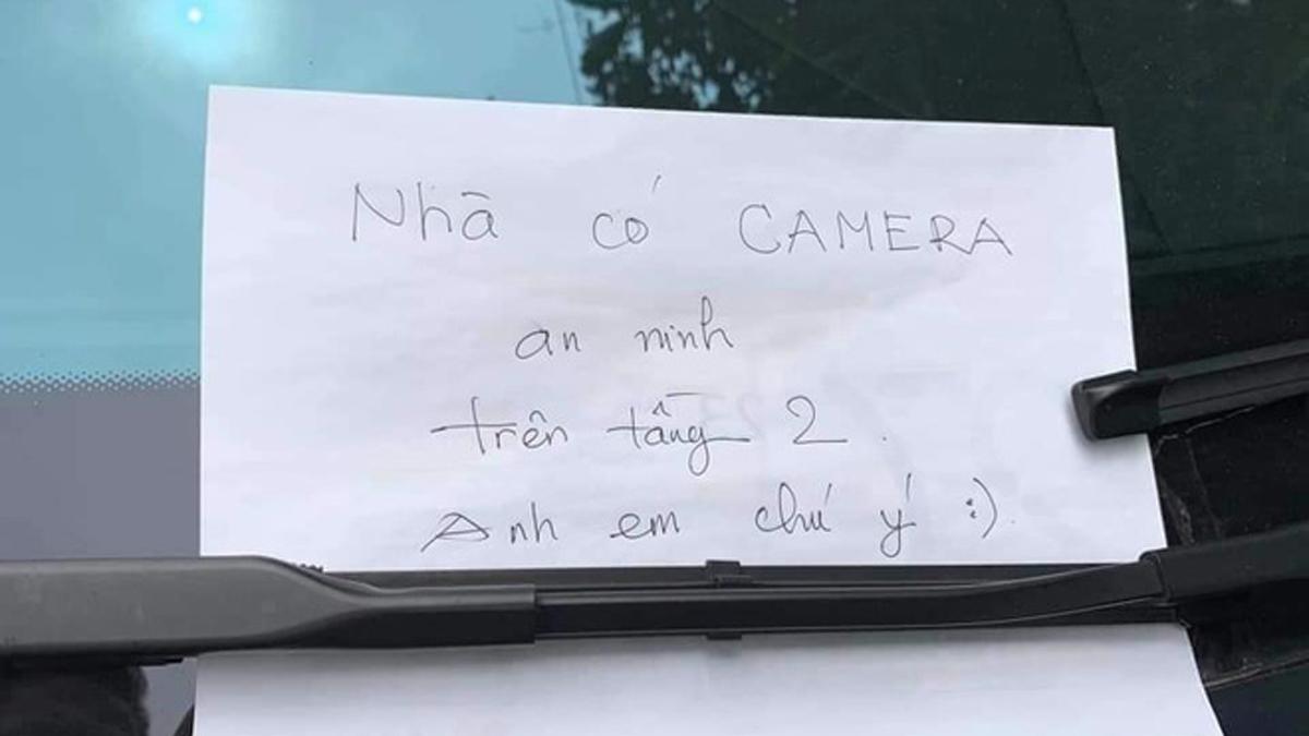 ... kèm tờ giấy mà chủ xe gửi gắm.