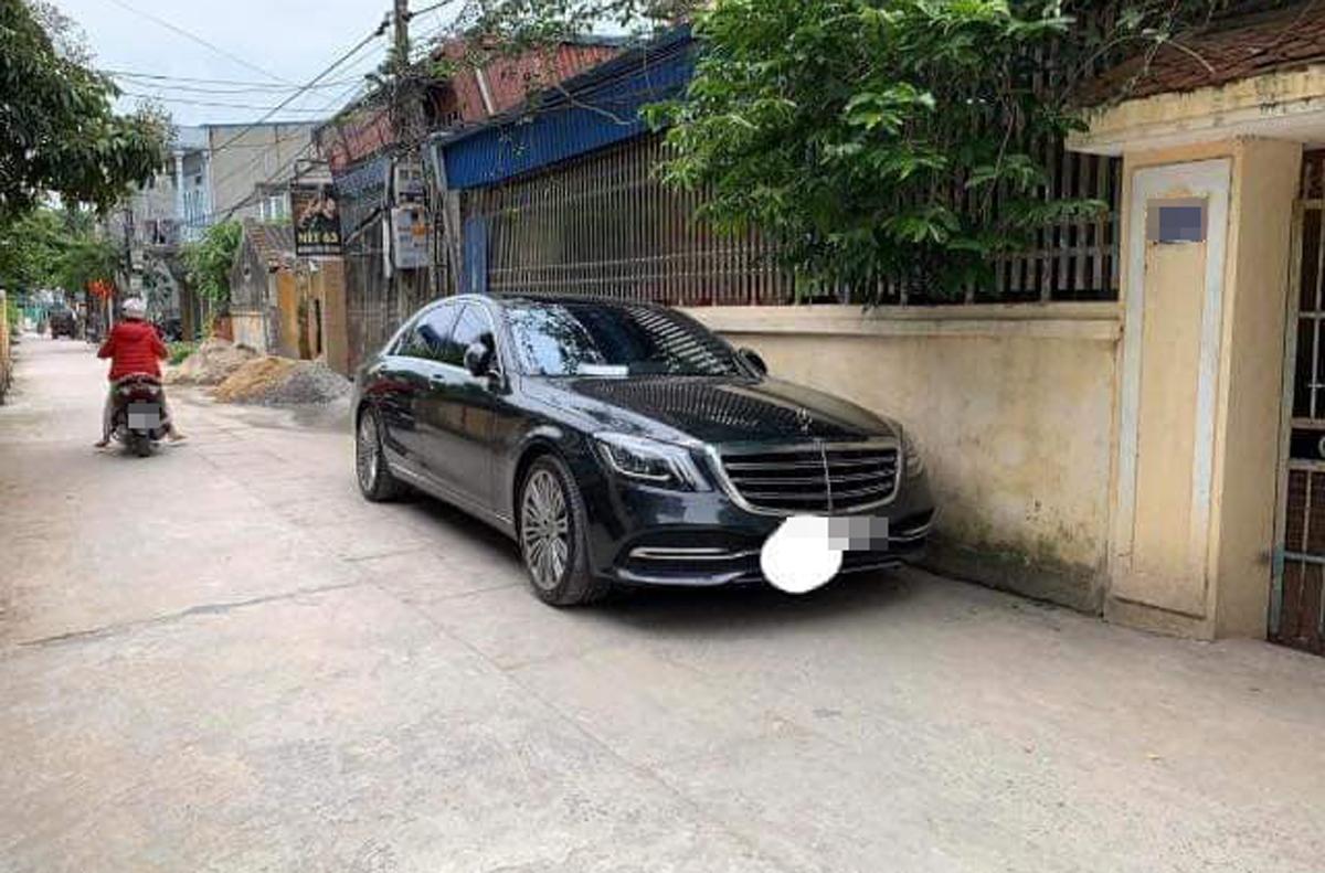 Chiếc Mercedes đỗ ngoài đường...