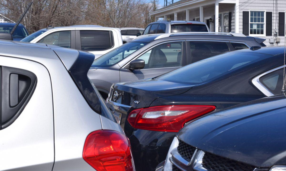 Ôtô bỏ không, xếp san sát tại bãi đỗ của một hãng cho thuê xe ở thành phố Ellsworth, bang Maine. Ảnh:The Ellsworth American