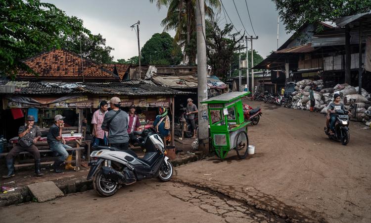 Một góc của làngCiketing Udik, nằm cạnh bãi rácBanter Gebang. Ảnh: NYTimes.