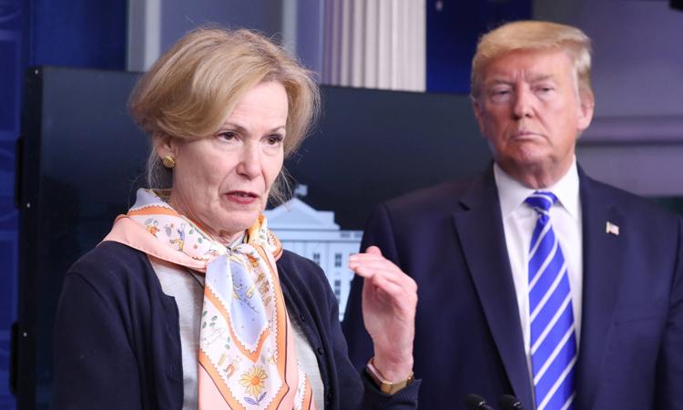 Tiến sĩ Deborah Birx (trái) và Tổng thống Mỹ Donald Trump tại cuộc họp báo ở Nhà Trắng hôm 23/4. Ảnh: Reuters.